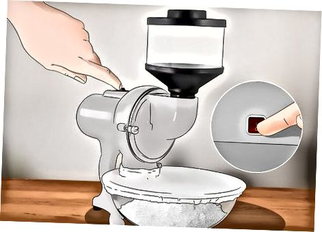 Utilització d'un molí per a fer farina d'arròs