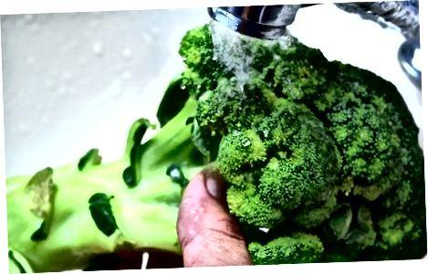 Brokkoli waschen und schneiden