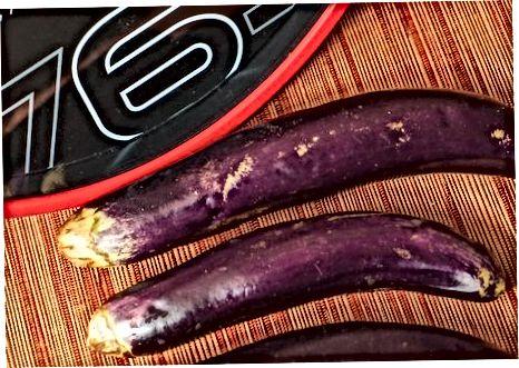 Grelhar fatias de berinjela simplesmente temperadas