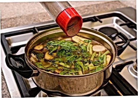 Die Suppe fertig machen