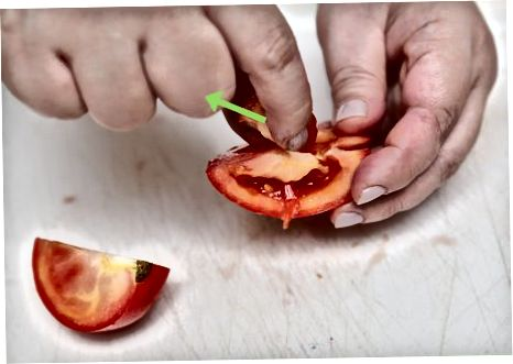 Коришћење ножа или кашике за уклањање семенки