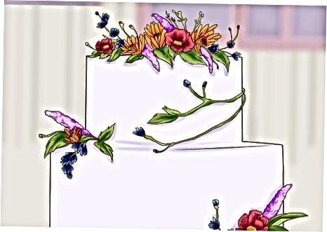 Eine rustikale Hochzeitstorte garnieren