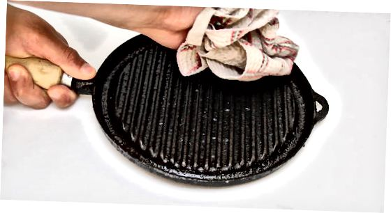 Чистий іржавий посуд з чавуну