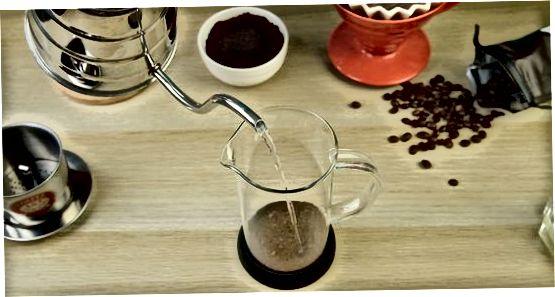 Brauen von vietnamesischem Kaffee mit einem Filter
