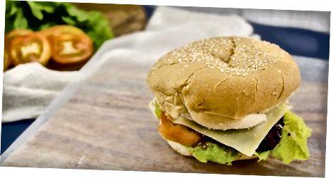 कागज या पन्नी में एक बर्गर लपेटकर