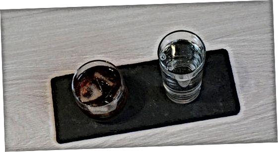 Njuter av en svart rysk cocktail