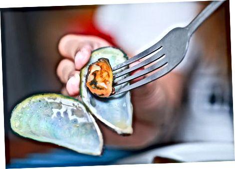 Ngrënia e midhjeve në një restorant
