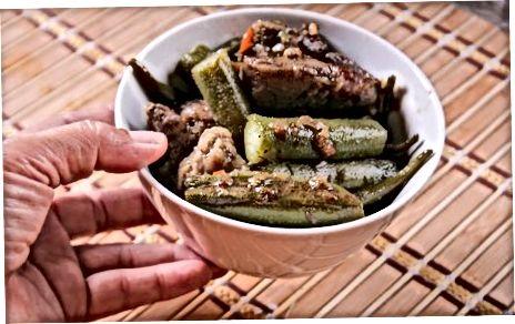 Servieren der Okra und Fufu Suppe