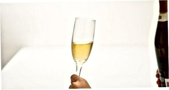 Сипајући шампањац