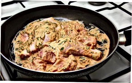 Preparando o frango Dum Ka