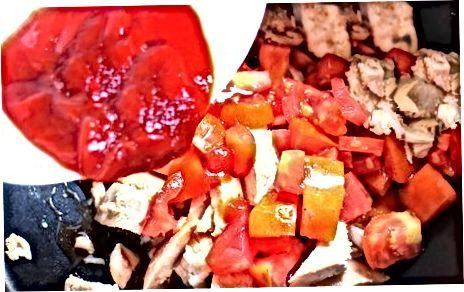 """Pomidor kubikli oq go'shtdan foydalangan holda, bug'doy yassi non (""""roti"""") bilan maydalangan tovuq."""