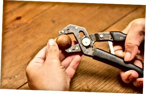 Verwenden Sie einen Schraubstockgriff und einen Hammer