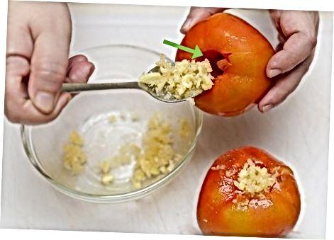 Parmesan pishloqli topping bilan pishirilgan pomidor