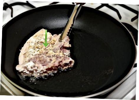 Сковорода обсмажує свинячі відбивні