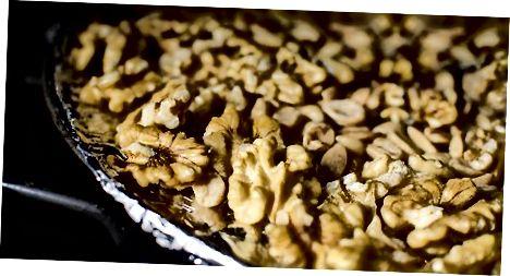 De noten en chocolade klaarmaken