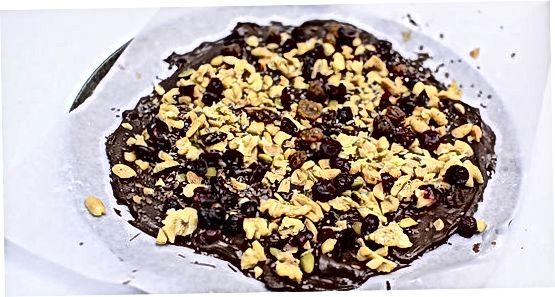 Shokolad po'stlog'ini tayyorlash uchun ingredientlarni birlashtirish