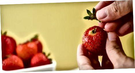 Erdbeeren reinigen und schälen