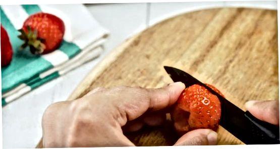 Erdbeeren in verschiedene Größen schneiden