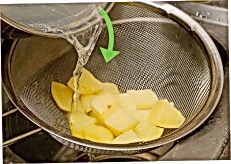 Parboilizar pedaços grandes de batata