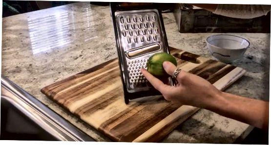 Verwenden einer Mikroplatte oder einer feinen Reibe