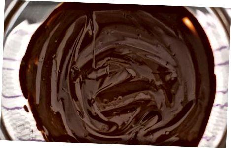चॉकलेट सोलिड्स (सीडिंग) डालकर तड़का