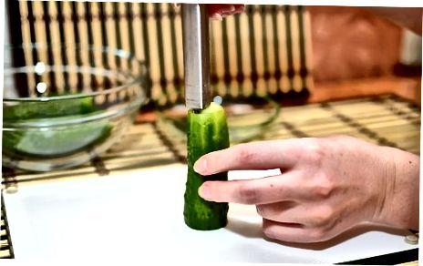 Ganze Gurken mit einem handgehaltenen Gemüsekern entkernen