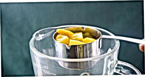 Mango şirəsini qarışdırmaq
