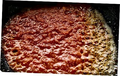 De basis van tomaat en kip bereiden