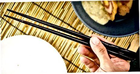 適切な箸のエチケットを学ぶ