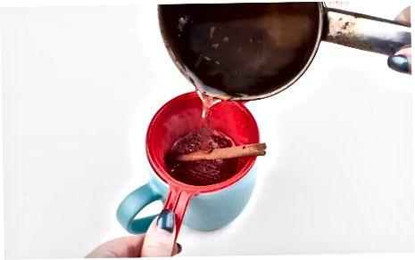 Thee maken met kaneelstokjes