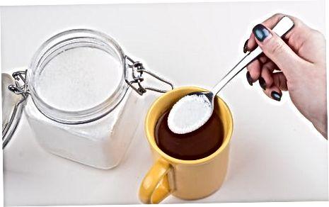 Een theezakje gebruiken om kaneel zwarte thee te maken
