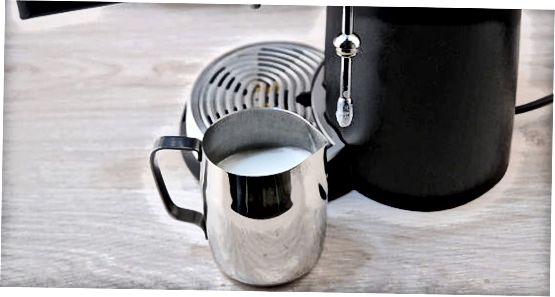 Muz ustida an'anaviy Espresso Latte qilish