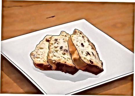 Послуживање ирског сода хлеба за столом