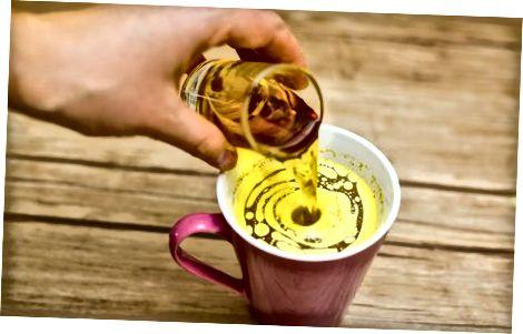 在热黄油苹果酒中添加酒精