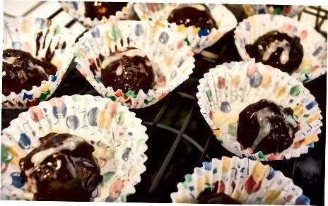De cakeballen versieren
