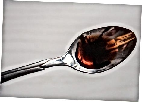Empenta un gelat de crema de vainilla