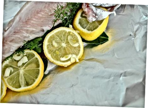 Pečenje zelišč in ribe, polnjene z česnom