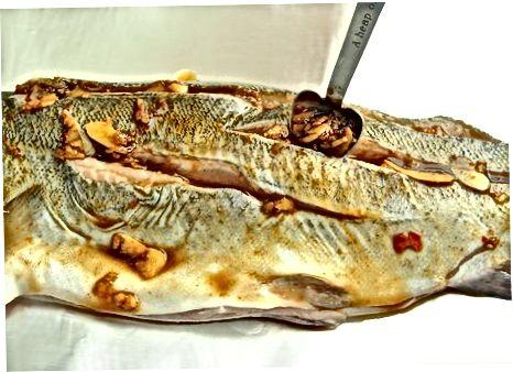 Kuhanje rib v omaki iz česna in čilija