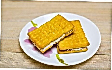 भोजन पर बचे हुए क्रीम पनीर फ्रॉस्टिंग का उपयोग करना