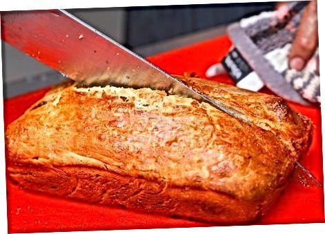Fazendo pão simples com azeitona e queijo