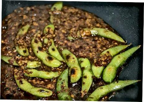 Confecció d'Edamame Pan-Fried