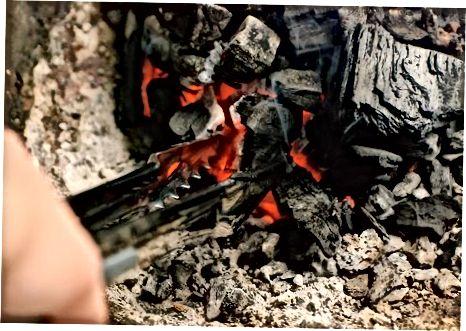 Kochen der Truthahnbeine auf einem Gas- oder Holzgrill