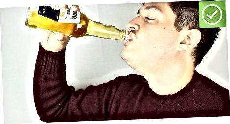 Bebendo uma coroa tradicional