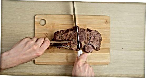 Das Fleisch in Scheiben schneiden