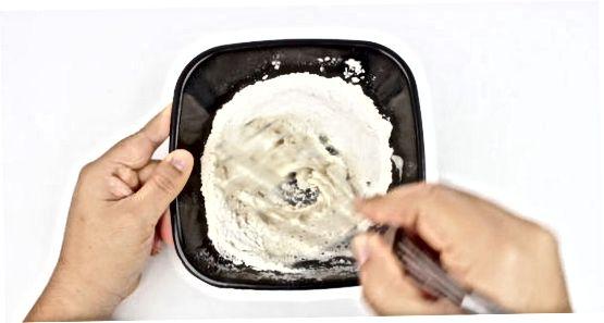 Afegint suc de llimona a una recepta