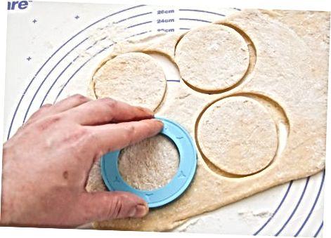 De cronuts bakken en glazuur toevoegen