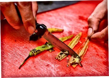 Preparació de pebrots frescos per a salses