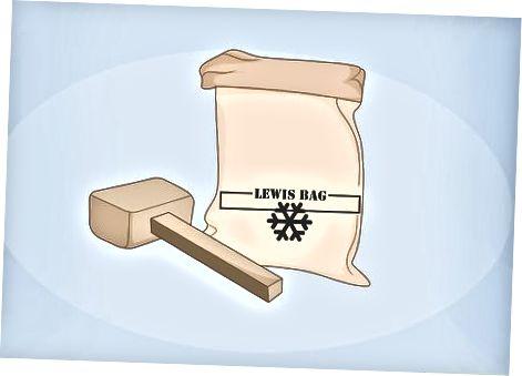 Smashing Ice in een Lewis Bag