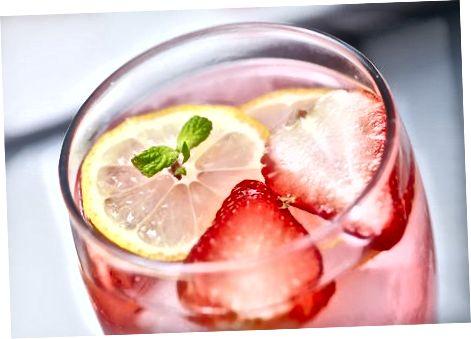 Fazendo limonada rosa com frutas ou suco