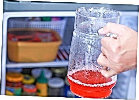 Fazendo limonada rosa com xarope simples